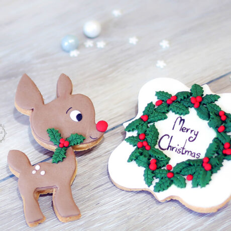 Chic-reindeer-and-holly-christmas-biscuits