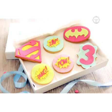 pink-superhero-supergirl-decorated-cookie-gift-box-estrele-cakes